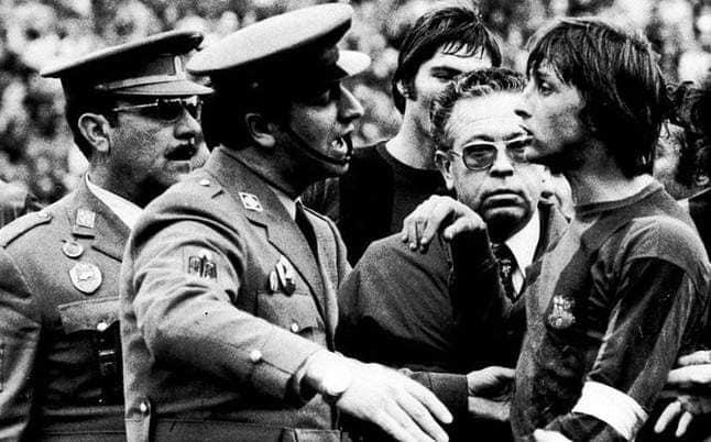 Dit was Málaga: de dag waarop Johan Cruyff door de politie van Málaga van het veld verwijderd moest worden